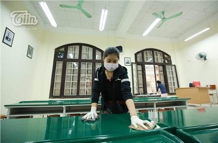 Giáo viên và phụ huynh THPT Phan Đình Phùng cùng dọn vệ sinh trường lớp chuẩn bị đón học sinh trở lại 3
