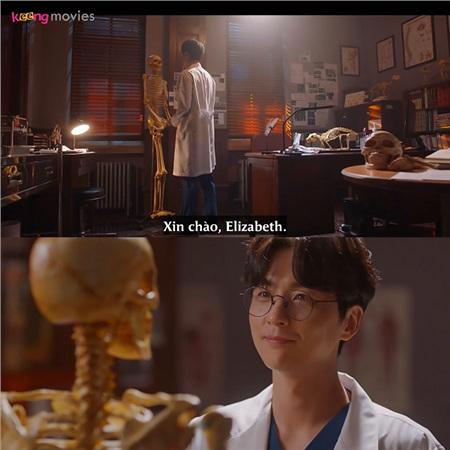 Ánh mắt ngọt ngào màbác sĩ Bae dành cho... mô hình xương.