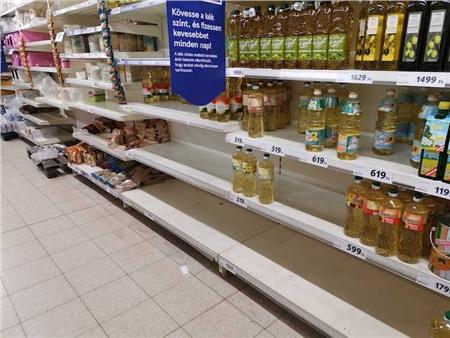 Siêu thị đang dần bị 'vét sạch' đồ dùng, thực phẩm. Ảnh: Dailynewshungary