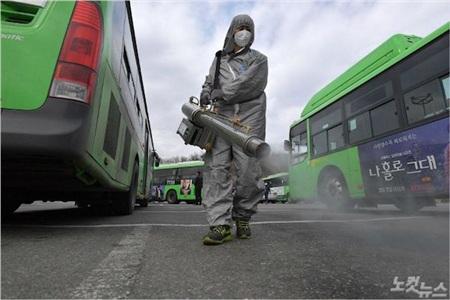 Phun khử trùng các điểm xe buýt.