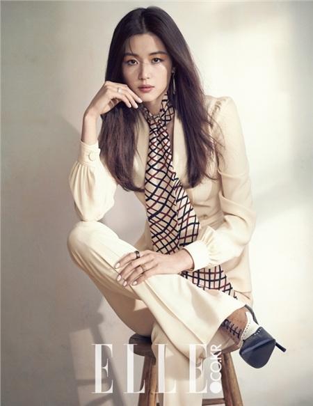 Jeon Ji Hyun bị chỉ trích vì không quyên góp ủng hộ dịch Covid-19. Khán giả cho rằng cô chưa từng làm từ thiện dù rất giàu có.