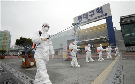 Lực lượng kiểm dịch phun thuốc khử trùng nhằm ngăn dịch COVID-19 lây lan tại Daegu ngày 29/2/2020. Ảnh: YONHAP/TTXVN