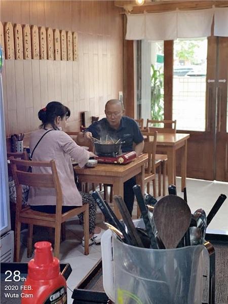 Hai vợ chồng ông Park vui vẻ bên nồi lẩu nóng.