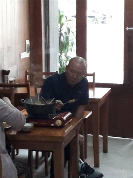 Thầy Park cùng vợ thử món ăn.