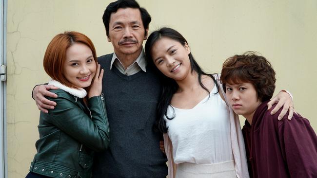 Bố Sơn (NSƯT Trung Anh) và 3 cô con gái 'rượu' trong phim
