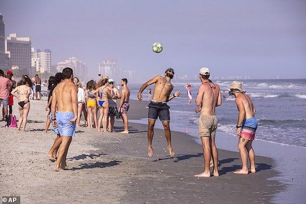 Người trẻ Mỹ tham gia lễ hội xuân tại bờ biển South California.