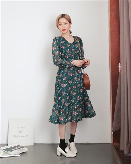 Cảm hứng từ hoa cỏ luôn bất tận với ngành thời trang, sẽ không quá khó để bạn có thể mua được một chiếc váy hoa xinh đẹp.