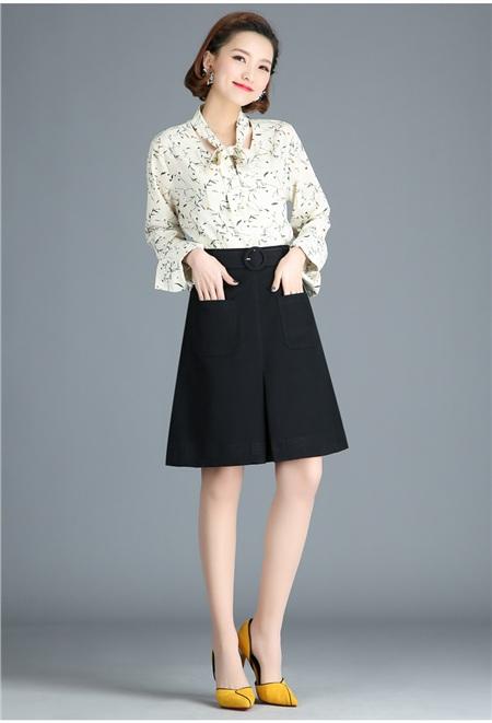 Chân váy chữ A trẻ trung năng độngkết hợp cùng chiếc áo sơ mi màu trung tính sẽ giúp cô nàng công sở thêm phần tự tin.