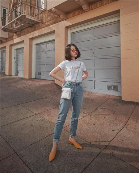 Quả thực, áo thun trơn kết hợp cùng quần jeanlà một set đồ rất đẹp. Nếu biết cách phối thêm phụ kiện như túi xách, kính mắt và giày… bạn sẽ biến hóaset đồ quen thuộc này trở nên cực kỳ thu hút và bắt mắt.