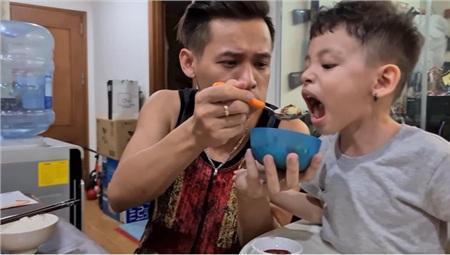 Trốn stream với fan, Độ Mixi hé lộ cuộc sống của ông bố 'bỉm sữa' khi cả ngày ở nhà trông con, cơm nước 3