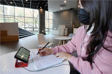 Một sinh viên đang nghe bài giảng trực tuyến tại một quán cà phê ở thủ đôSeoul, ngày 16 tháng 3.