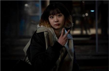 Chắc hẳn không ai quên được phân cảnh lật kèo Jang Geun Won và ghi âm lại tội ác của 'cậu ấm ác ma', trong phim bị đánh chảy máu mồm nhưng hậu trường thì tươi tắn thế này!