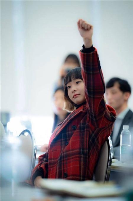 Ơ kìa... đây chẳng phải là cảnh Jo Yi Seo tuyên chiến chủ tịch Jang với câu hỏi 'Liệu một quán nhậu nhỏ có lật đổ được Jangga?' hay sao? Hậu trường Jo Yi Seo như một cô học sinh đang giơ tay phát biểu vậy