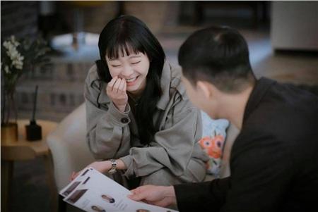 Trong phim hay ngoài đời, Jo Yi Seo nhìn Sae Ro Yi cũng cười'tít' cả mắt vào như này
