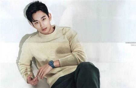 Chiếc áo len cổ tròn màu be đơn giản đã giúp'trai đẹp ngoài hành tinh' toát lên sức hút và vẻ quyến rũ.