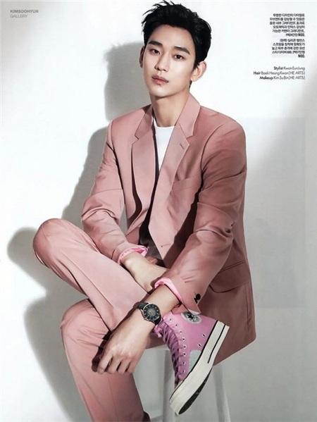 Diện 'cây hồng' với bộ vest thanh lịch và giày sneaker Converse thời thượng, quý ông họ Kim vẫn rấtđiển trai, 'chuẩn men' bên cạnh vẻ đáng yêu, thư sinh.