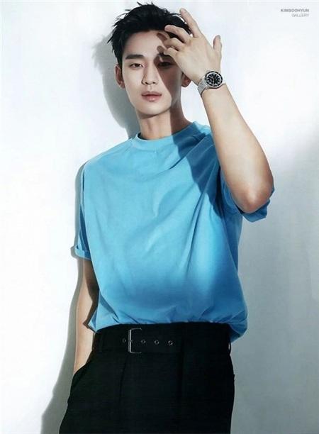 Khibức hình mặc áo phông xanhtrên tạp chí Elle Hàn Quốc của Soo Hyunđược công bố, nhiều fan hâm mộ không khỏi xót xa, họ cho rằng nam diễn viên có phần gầy hơn trước. Tuy nhiên, dù trong vai trò nào, chàng trai 32 tuổi vẫn luôn nhận được tình cảm từ những người yêu thương nhờ sự nghiệp nói không với scandal và ánh mắt'đốn tim' đã trở thành 'thương hiệu' của mình.