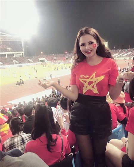 Cô nàng thường xuyên theo dõi các trận đấu bóng đá có Đức Huy tham gia.