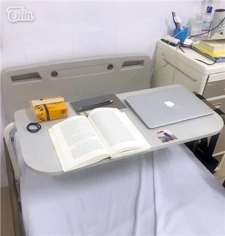 Góc học tập của cô nữ sinh là chiếc bàn ở giường bệnh