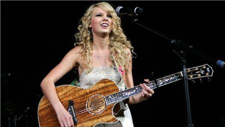 Khi mới vào showbiz, Taylor Swift nổi lên với hình ảnh một cô gái tuổi teen mê hát nhạc đồng quê.