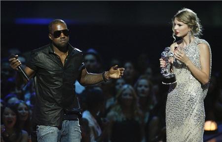 Khoảnh khắc không thể nào quên của Taylor Swift tại VMAs 2009.