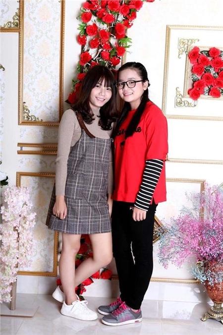 Thảo Anh (bên phải) cùng chị gái.