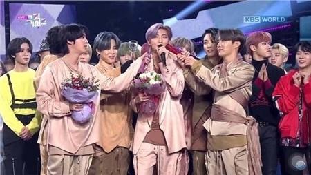 11 outfit 'khó hiểu' của các nhóm nhạc Kpop gần đây, BlackPink và BTS bất ngờ đứng top đầu 4