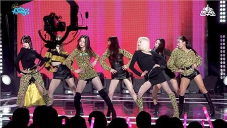 Nếu xét riêng từng bộ trang phục thì không quá tệ nhưng khi các thành viên cùng đứng trên sân khấu thì outfit này quả là lộn xộn.