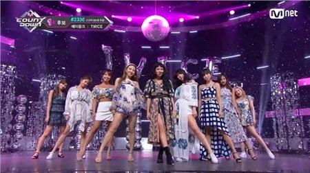 11 outfit 'khó hiểu' của các nhóm nhạc Kpop gần đây, BlackPink và BTS bất ngờ đứng top đầu 13