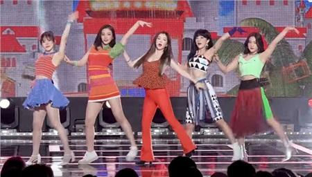 11 outfit 'khó hiểu' của các nhóm nhạc Kpop gần đây, BlackPink và BTS bất ngờ đứng top đầu 10