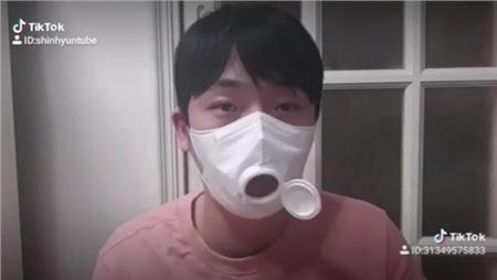 Cách đeo khẩu trang tiện lợi của Yunho