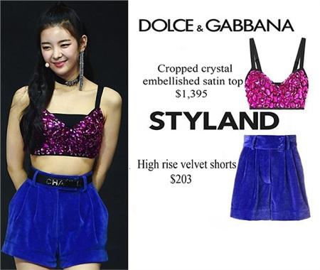 Trang phục biểu diễn của Lia cũng rất 'xịn sò'. Cô diện áo croptop tím đính đá của Dolce & Gabbana phối với quần shorts xanh coban, mang đến một set đồ cao cấp 37 triệu đồng tràn đầy năng lượng.