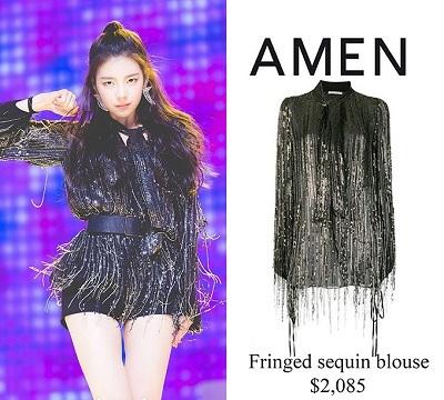 Cô nàng luôn ghi dấu ấn với thời trang được đầu tư công phu. Cô cuốn hút vô cùng khi diện mẫu áo tua rua lấp lánh thời thượng trị giá 48,5 triệu đồng của Amen tại đại nhạc hội SBS Gayo Daejun 2019.