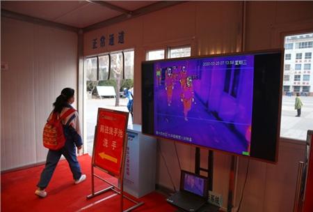 Học sinh bước vào trường sẽ được kiểm tra thân nhiệt bằng camera hồng ngoại.