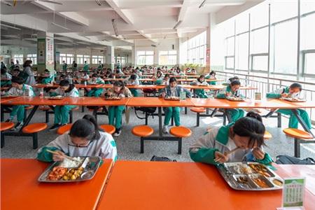 Tại nhà ăn, mỗihọc sinh sẽ ngồi riêng một bàn.