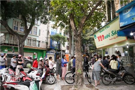 5h sáng ngày 26/3 (03/03 Âm lịch), nhiều người dân Hà Nội đã có mặt tại quán chè Mười Sáu trên phố Ngô Thì Nhậm (Hai Bà Trưng) để xếp hàng chờ mua bánh trôi, bánh chay về thắp hương Tết Hàn thực.