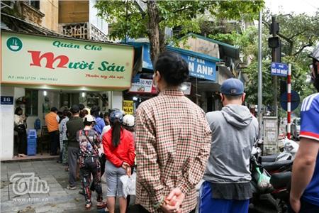 Do đang trong mùa dịch bệnh, nên số lượng người có vẻ ít hơn mọi năm, song việc xếp hàng để mua bánh vẫn diễn ra.
