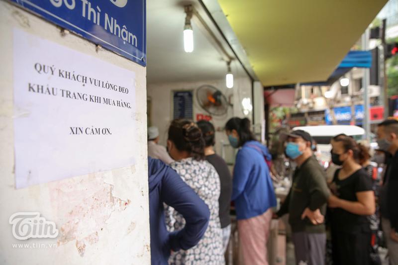 Người Hà Nội đeo khẩu trang, găng tay, xếp hàng chờ mua bánh trôi bánh chay ngày Tết Hàn thực 3