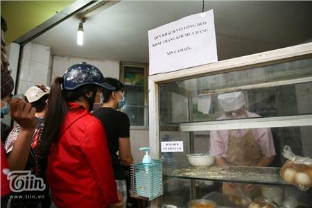 Chủ quán cũng đã dán những bảng thông báo yêu cầu khách hàng đeo khẩu trang tại phía trước cửa hàng và cả tại quầy thanh toán để nhắc nhở khách hàng.