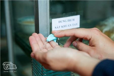 Nước diệt khuẩn cũng được chuẩn bị đầy đủ phục vụ nhu cầu của thực khách.