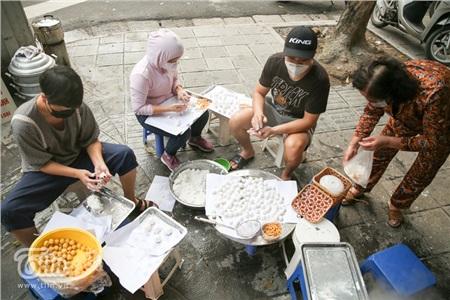 Bánh trôi bánh chay được nặn, luộc trực tiếp chứ không được làm sẵn từ trước nên mọi người phải chờ đợi khá lâu.
