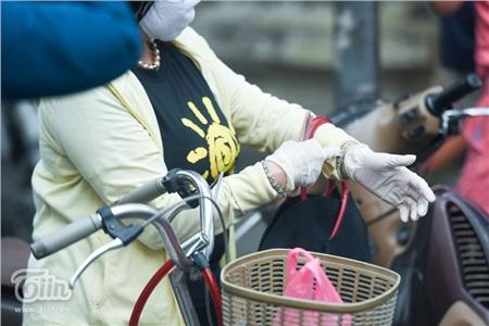 Về phía người dân, không chỉ đeo khẩu trang, một số người còn đeo găng tay y tế để đề phòng dịch bệnh.
