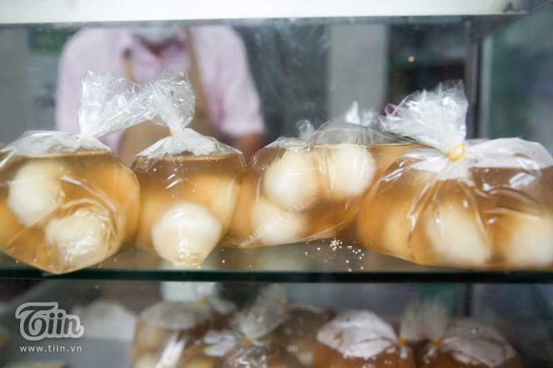 Giá bánh trôi bánh chay tại đây vẫn không đổi, chỉ từ 15.000-20.000 đồng/bát. Để đảm bảo an toàn, bánh được đóng sẵn vào thành từng túi một trước khi giao cho khách.