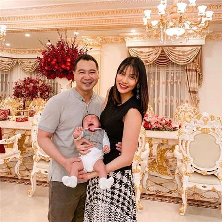 Vợ chồng Lan Khuê - John Tuấn Nguyễn và cậu con trai đầu lòng.