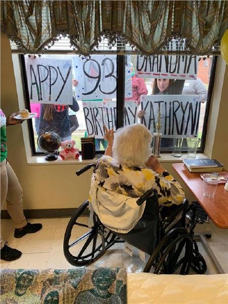 BàKathryn vẫn có thể tổ chức sinh nhật lần thứ 93 cùng gia đình ngay cả khi bị cách ly.