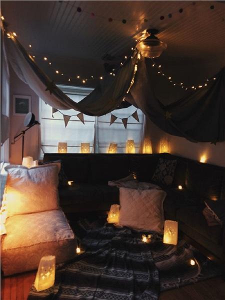 Bữa tiệc sinh nhật của vợ tôi đã bị hủy do Covid-19nên chúng tôi đã tạo ra một không gian ấm cúngtại nhà. Vì không có nến thật nên tôi dùngđèn LED để trang trí.