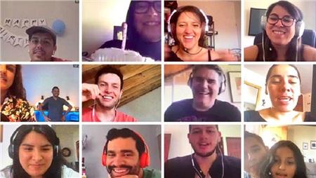 Hôm nay là sinh nhật đồng đội của chúng tôi. Công ty quyết định gửi cho cô ấy một chiếc bánh kem và tập hợp mọi người để hát mừng sinh nhật qua video call.