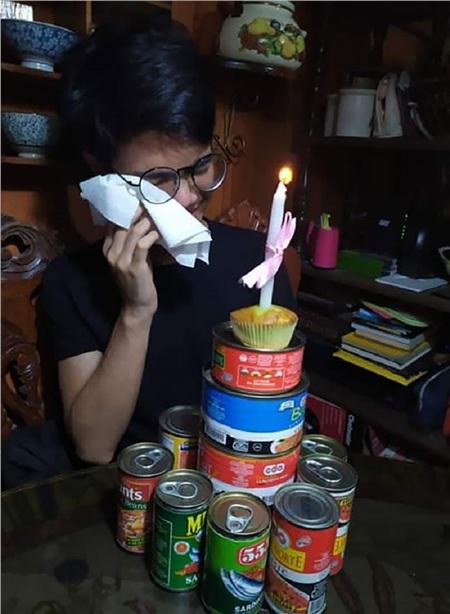 Tiệc sinh nhật toàn cá hộp và thịt hộp thay vì bánh gatocủa anh trai tôi.