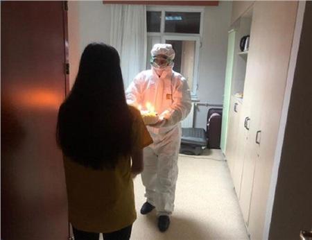 Một sinh viên Đại học ở Vũ Hánđangcách ly tại Thổ Nhĩ Kỳ được bác sĩtổ chức sinh nhật.
