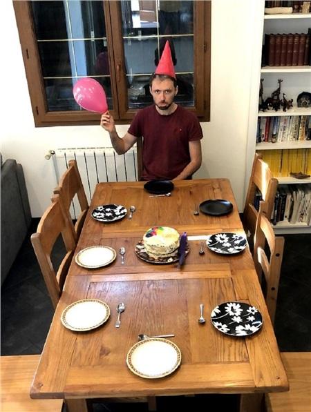 Gương mặt buồn bã của anh chàngđã chuẩn bị bánh kem nhưng chẳng có ai đến tham dự.